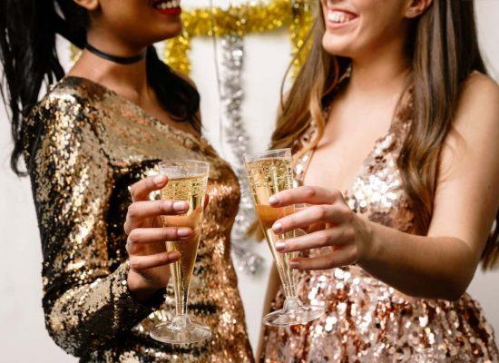 deux-femmes-trinquent-avec-leurs-coupes-de-champagnes