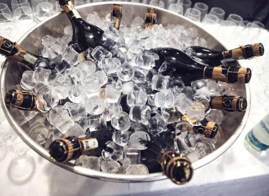 seau-rempli-de-bouteilles-de-champagne-dans-une-soirée-privé